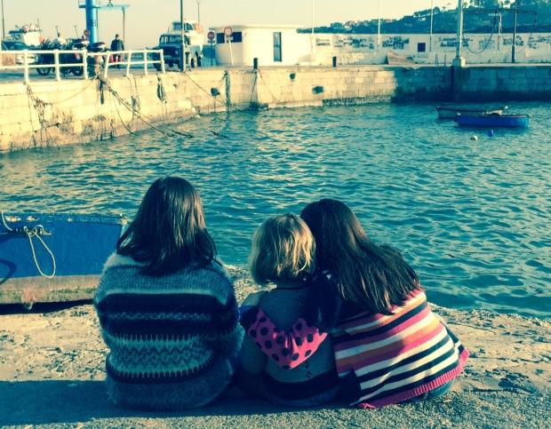 Trotandovoy, Campanilla y Miss Berrinche esta tarde contemplando el mar asturiano.