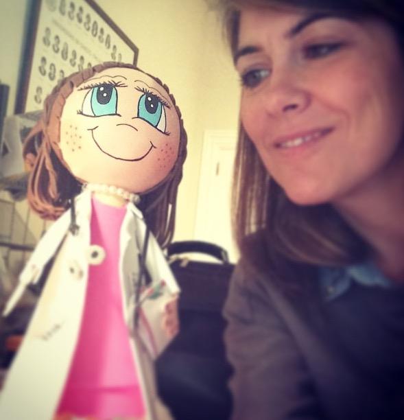 Ésta soy yo, y mi muñeca regalada por una pacientita que me vio con ojos azules (y qué va).
