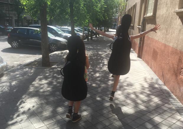 Es así: Miss Trotona trota incluso llevando un chelo a la espalda. Nótese la tremenda preocupación al ir a examinarse. :-)