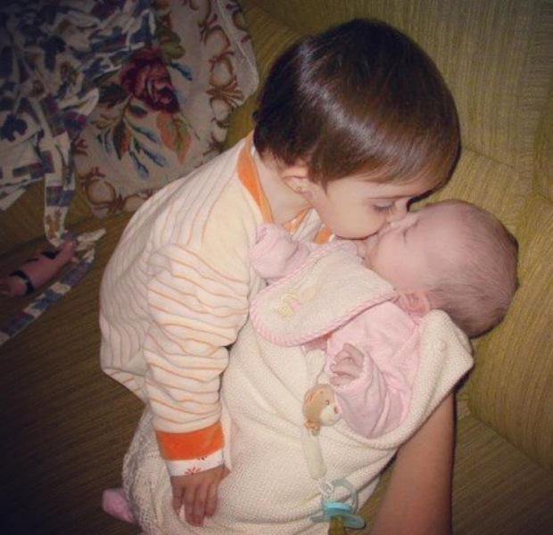 Los besos de otros nenes se soportan mejor. Aunque vengan cargaícos de virus, como en este caso (Miss Trotona y Miss Berrinche a los 14 y 0 meses).